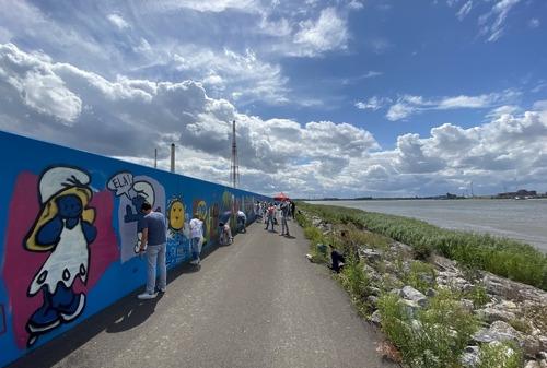 500 creatievelingen leven zich uit op waterkeringsmuur in Antwerpse haven