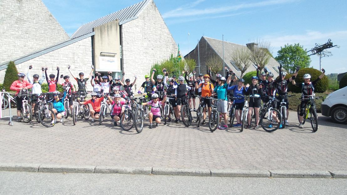 Mannen en vrouwen mountainbiken 4 dagen lang voor Think-Pink