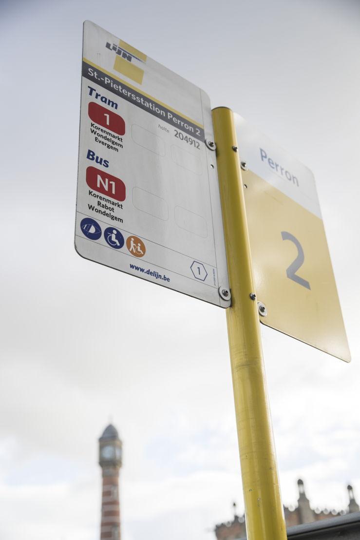 Onderaan het haltebord staan iconen met informatie over de toegankelijkheid van de halte. (foto: Stefaan Van Hul)