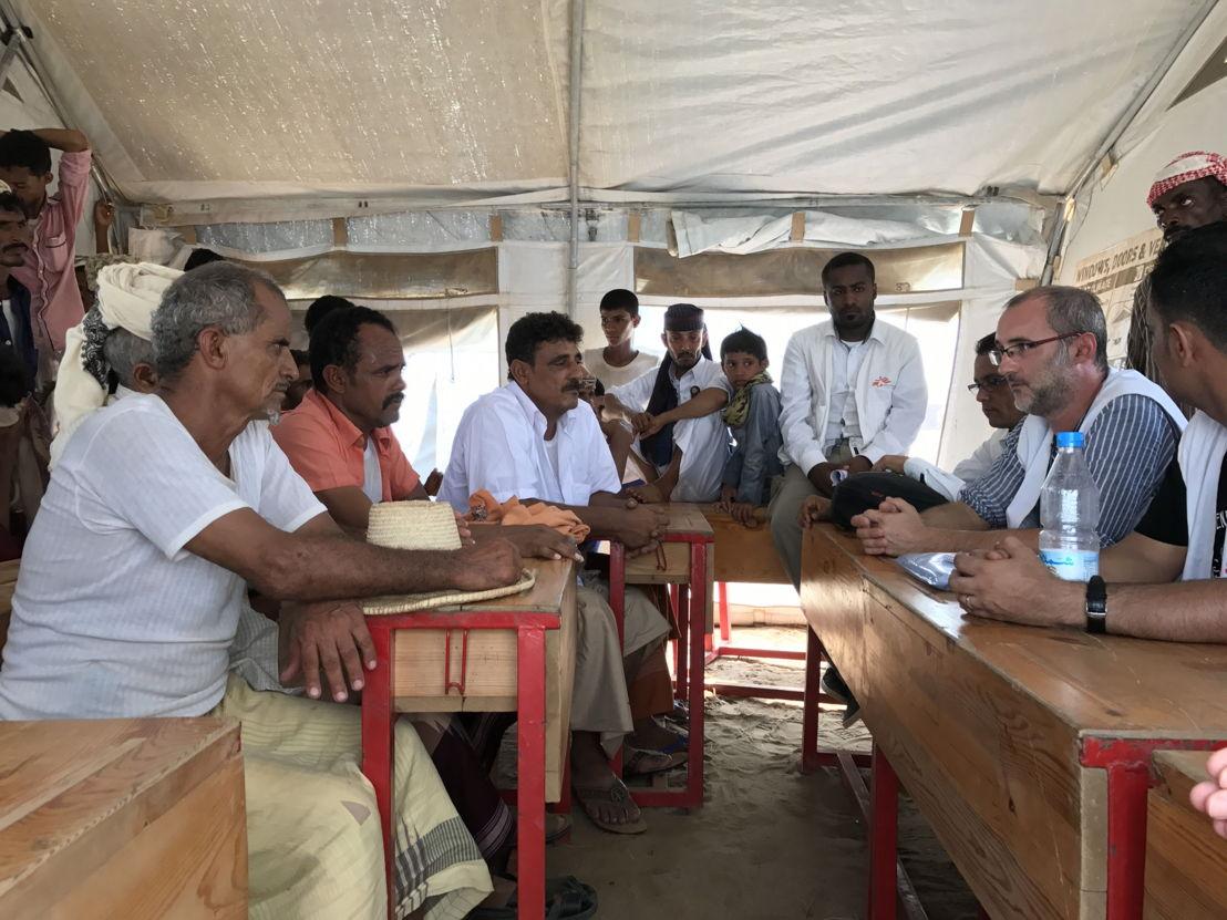 Le docteur David Noguera, Président de MSF Espagne, à la rencontre de personnes vivant dans un camp de déplacés de Abs. (c) Sonia Verma/MSF