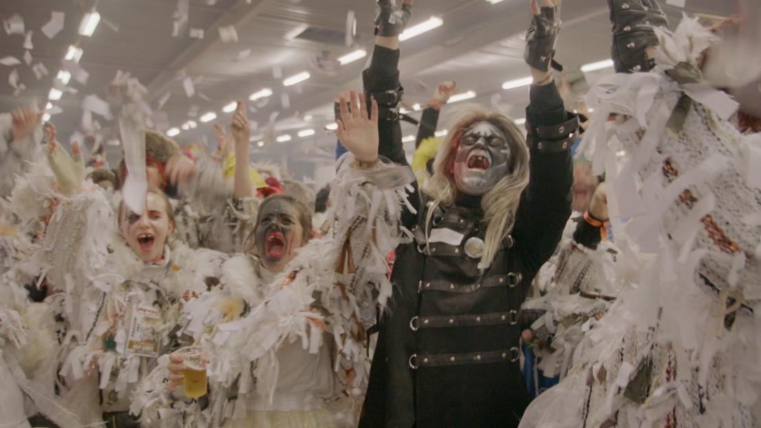 Jani wordt voil janet en smijt zich vol overgave in de wondere wereld van het Oilsjters Carnaval
