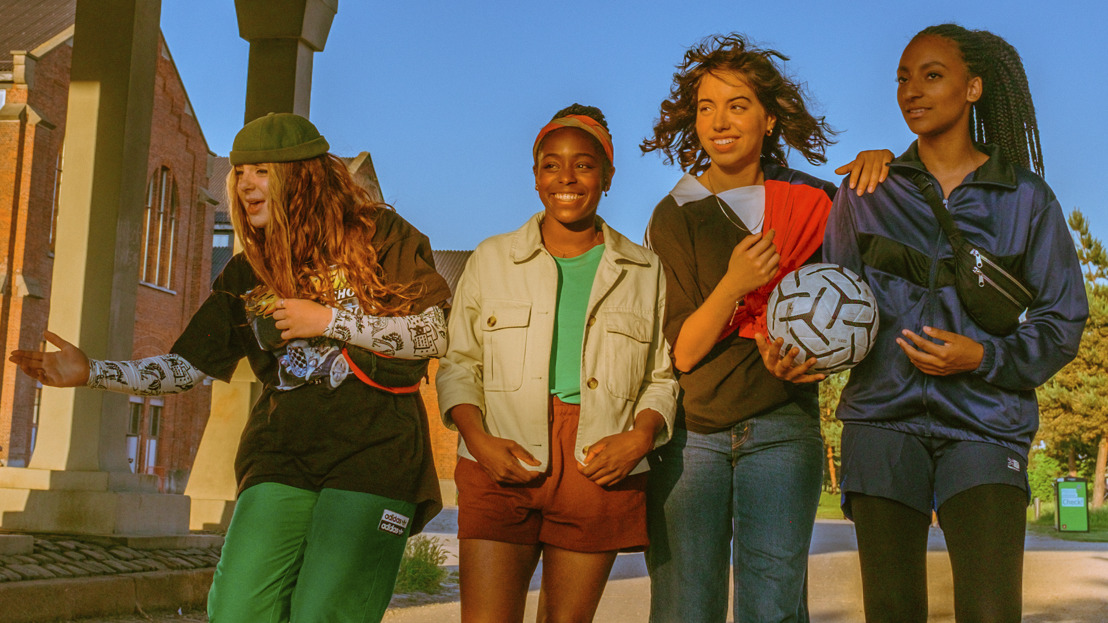 Vier jonge voetbalsters zoeken hun plek in de harde wereld van het Antwerpse straatvoetbal