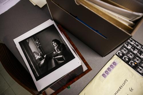 Kristien Hemmerechts draagt persoonlijke schriften en brieven over aan het Letterenhuis