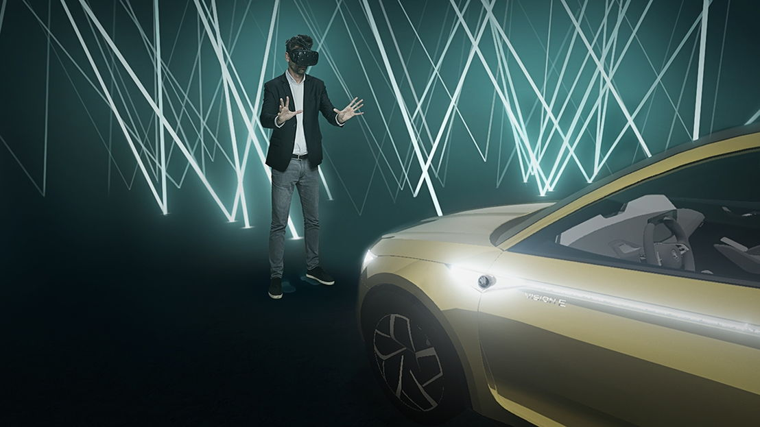 The visitors are immersed in virtual reality at the ŠKODA Museum. Thanks to virtual reality technology, they can explore the ŠKODA VISION E in the digital world and customise the interior of the future-oriented study according to their wishes.