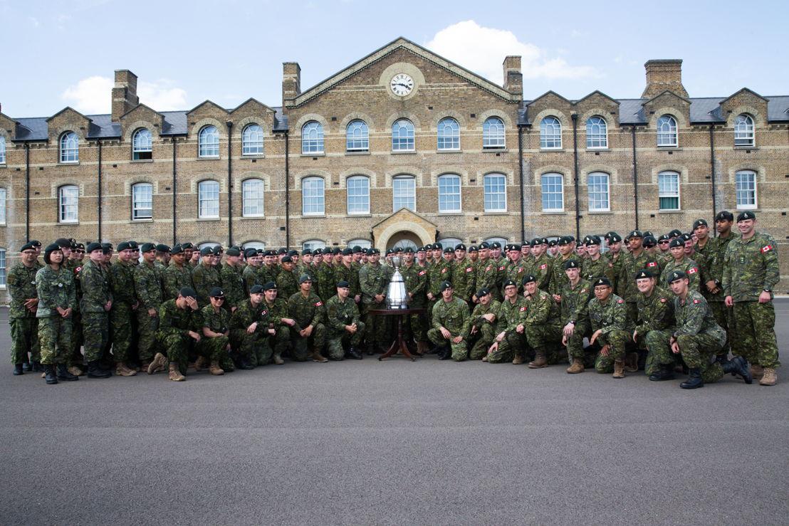 Le 2e Bataillon, Princess Patricia's Canadian Light Infantry, en compagnie de la Coupe Grey. Crédit photo : Jim Ross / LCF.