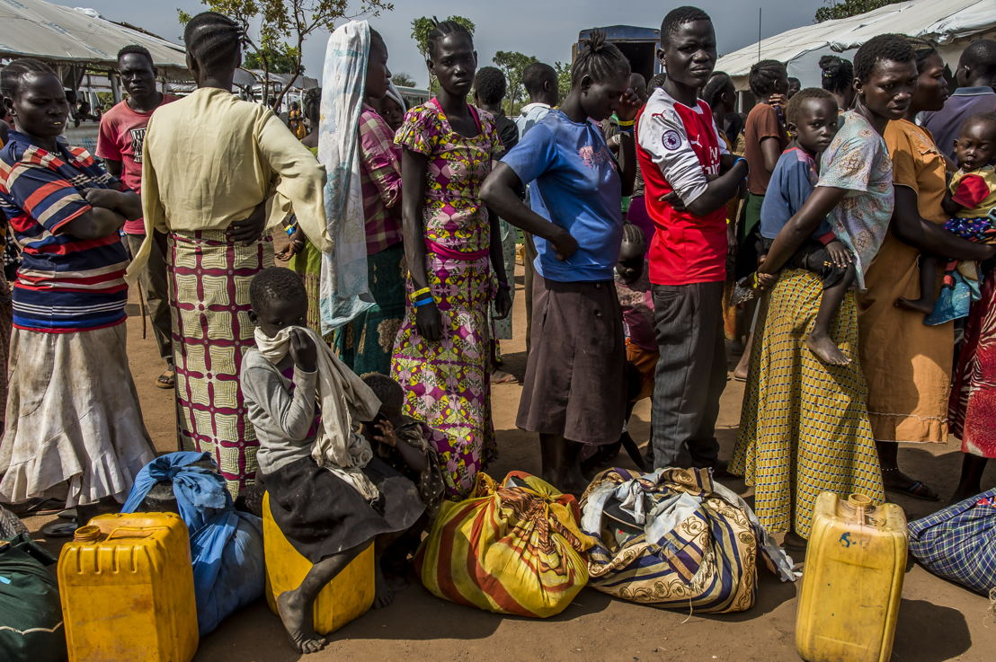 De vluchtelingen worden verwelkomt aan verschillende opvangpunten langs de grens met Zuid-Sudan. Daar krijgen ze voedsel en worden zo snel mogelijk overgebracht met de bus naar het opvangcentrum in Imvepi op twee uur rijden © Frederic Noy