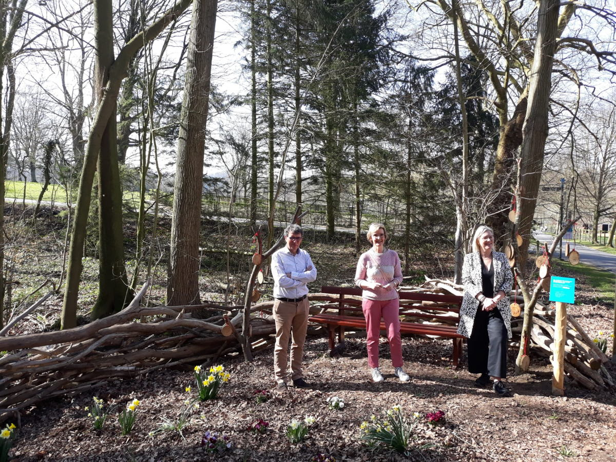 Gedeputeerde Ann Schevenels, Monique De Dobbeleer van FERM en Mark Michils van KOTK bij de nieuwe troostplek