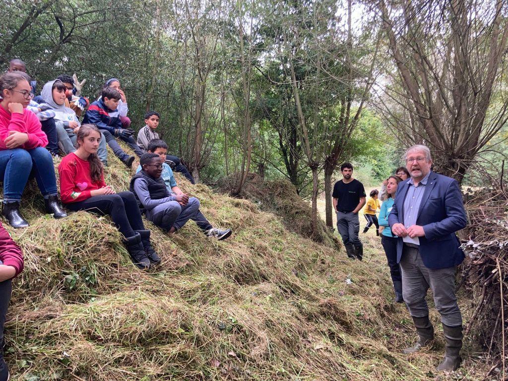 Gedeputeerde Bart Nevens kwam de leerlingen van GLS De Regenboog uit Zellik bedanken omdat school al 25 jaar aan educatief natuurbeheer doet