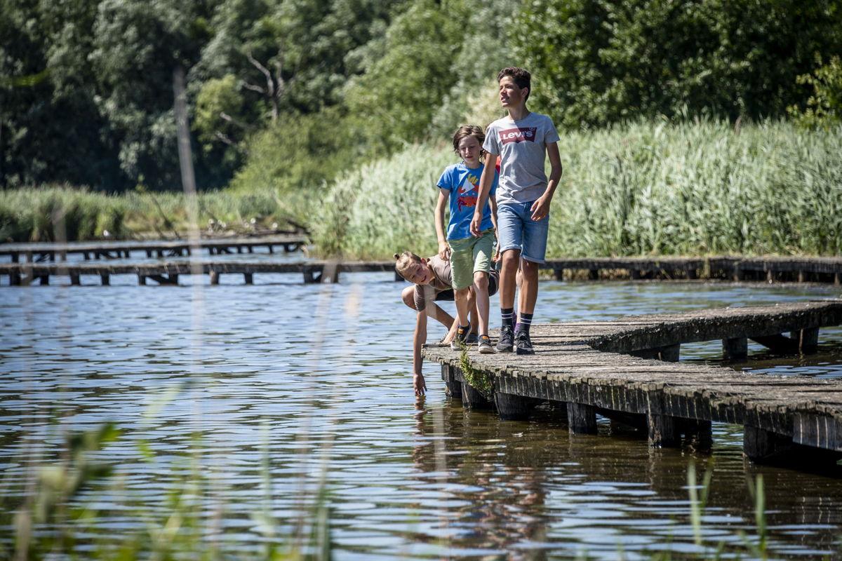 Wandelen langs het meer is opnieuw een unieke ervaring (copyright: Lander Loeckx)