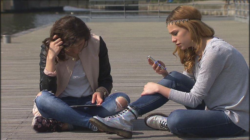 Karrewiet over mediawijsheid - cyberpesten - Leyla en Kyra uit D5R - (c) VRT