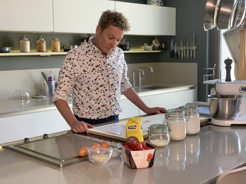 Jongste deelnemer van Bake Off Vlaanderen ooit daagt Vlaanderens bekendste recreatiezeiler Bart Kaëll uit