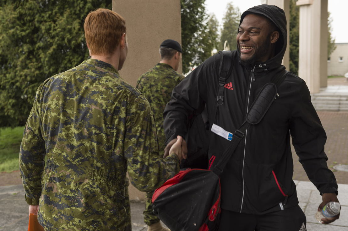 The Calgary Stampeders' Charleston Hughes meeting military members deployed in OP UNIFIER in Starychi, Ukraine. Photo: MCpl Mathieu Gaudreault, Canadian Forces Combat Camera