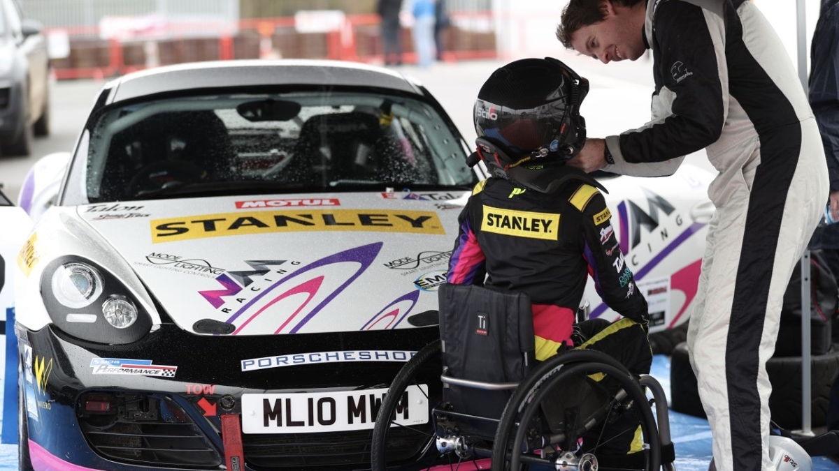 Nathalie McGloin se prepara para correr en su 718 Cayman S.