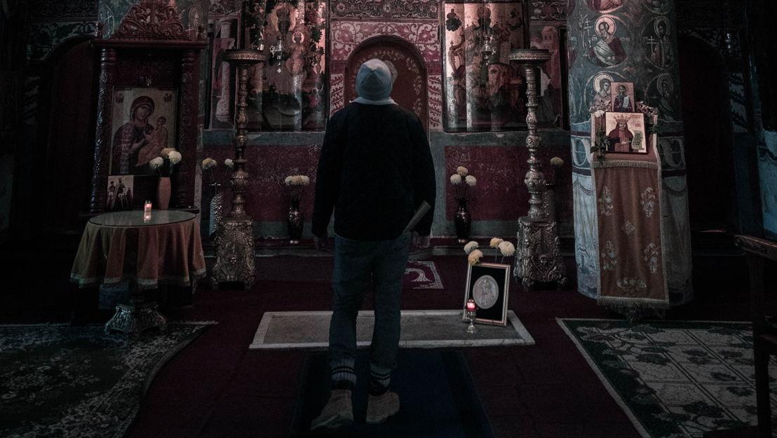 Sebastian entra nerviosamente a la capilla. En el suelo, descubre una discreta losa de piedra, en la que se encuentra una imagen de Vlad III. ¿Es este el final del viaje tras los pasos de Drácula?