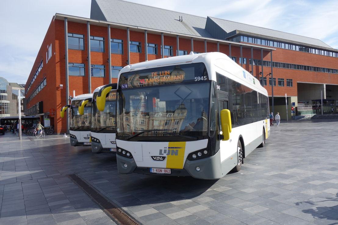 De eerste van 35 nieuwe hybride (dieselelektrische) bussen van De Lijn in Leuven.