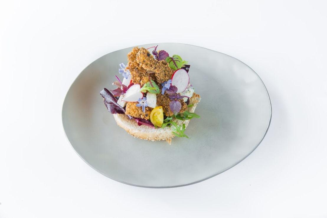 Histoires d'O - Een broodje goujonette met een frisse salade en verse tartaarsaus.
