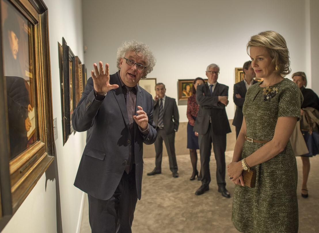 Curator Jan Van der Stock en Koningin Mathilde bij het portret van Erasmus<br/>(c) Rudi Van Beek