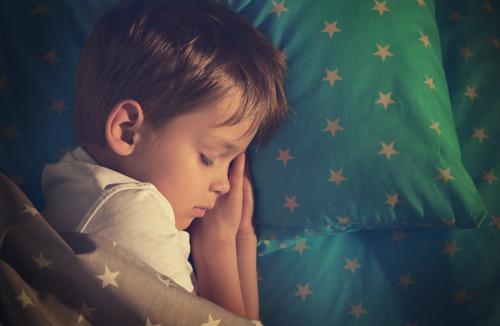 Kinderen die bedplassen, slapen anders