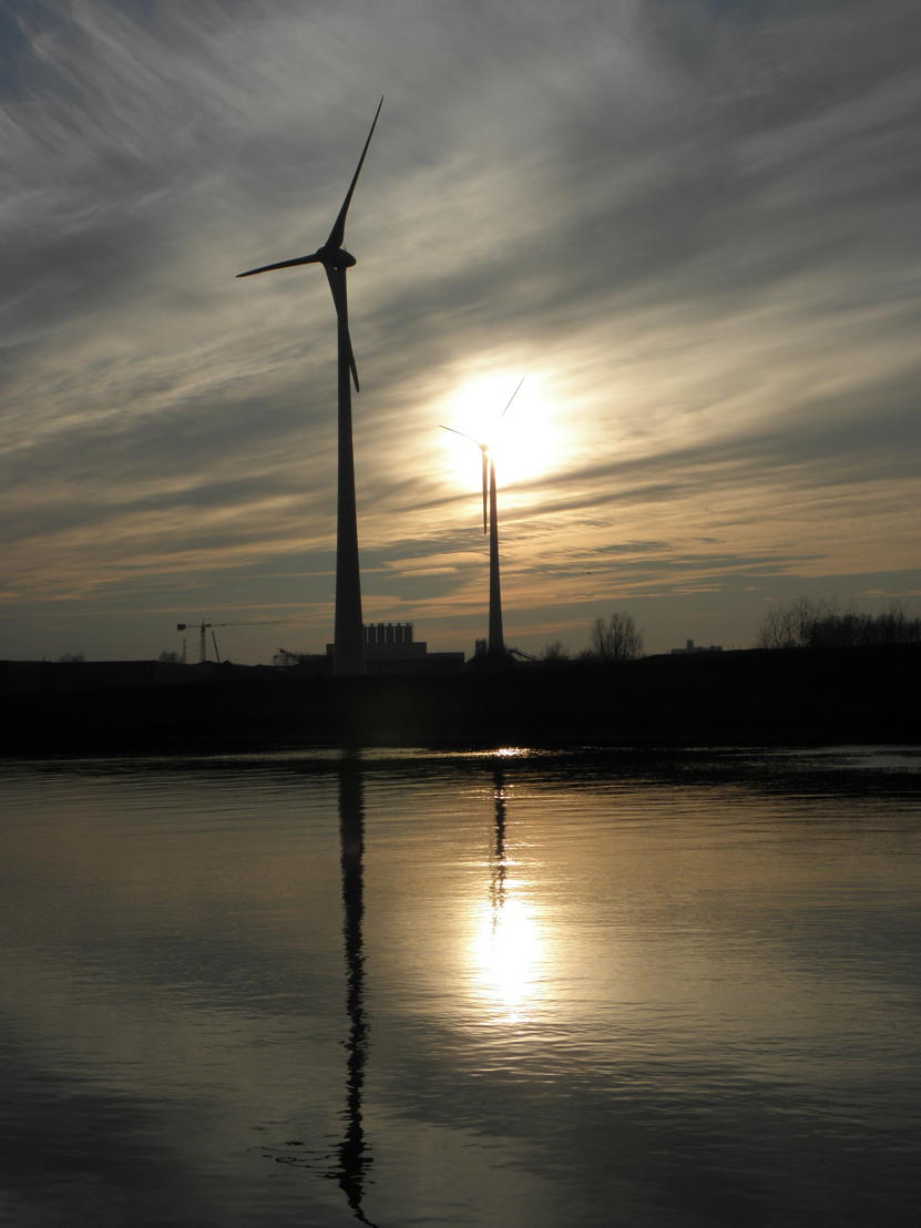 Het naburige Storm-windpark in Wielsbeke tijdens een winterse zonsondergang. (Foto F. Temmerman)