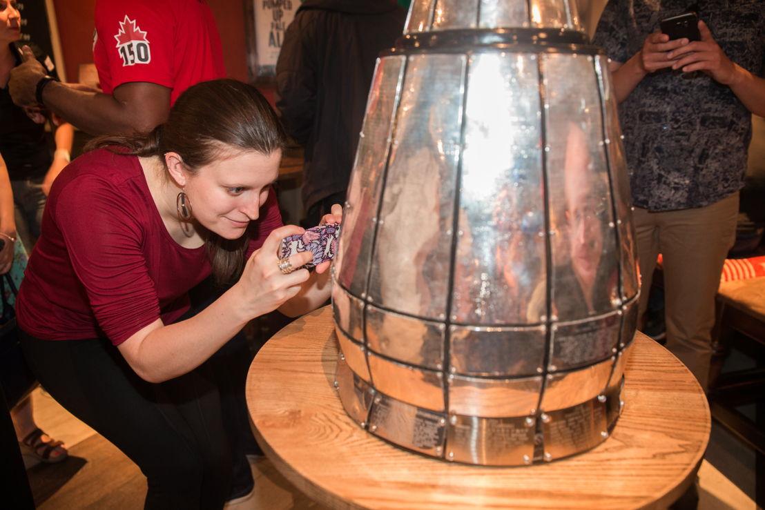 Une partisane prend une photo de la Coupe Grey. Crédit photo : Jim Ross/LCF