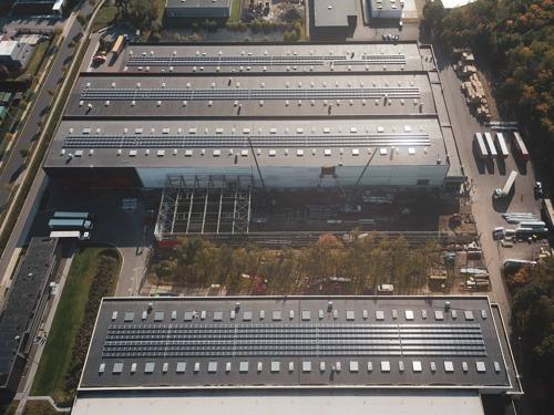 Le toit de Roba Metals Genk recouvert de 1520 panneaux solaires d'Insaver, filiale de Luminus
