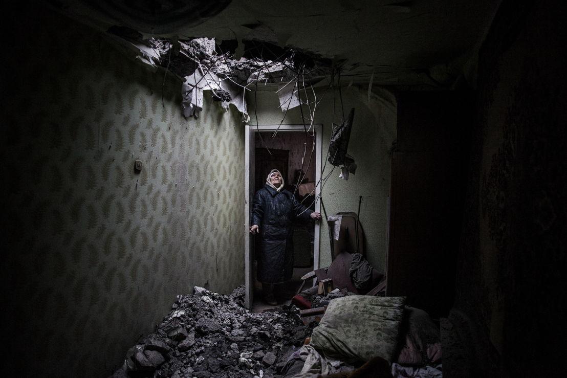 © Manu Brabo<br/>Galina, 86 ans, regarde vers le trou créé par une bombe dans son appartement de Donetsk, à l'est de l'Ukraine. Les équipes de Médecins Sans Frontières ont apporté leur aide des deux côtés de la frontière, jusqu'au début de l'automne 2015 quand elles ont été expulsées par les républiques autoproclamées de Donetsk et Lugansk.