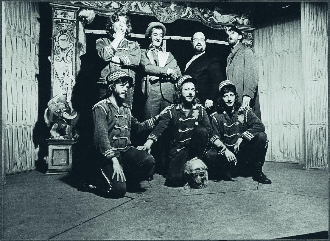 Sierkus Radeis, 1977. Foto Dieter Bacquaert<br/>Staand v.l.n.r. Pat Van Hemelrijck, Josse De Pauw, Jan De Bruyne en Erik de Volder. Vooraan de 'circushulpjes'-technici Hugo De Backer, Rudi D'heygere en Pitou Lasat.