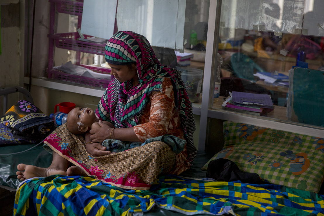 폐렴을 앓고 있는 한 로힝야 난민 아기가 국경없는의사회 병원에서 치료받고 있다. ©William Daniels/MSF