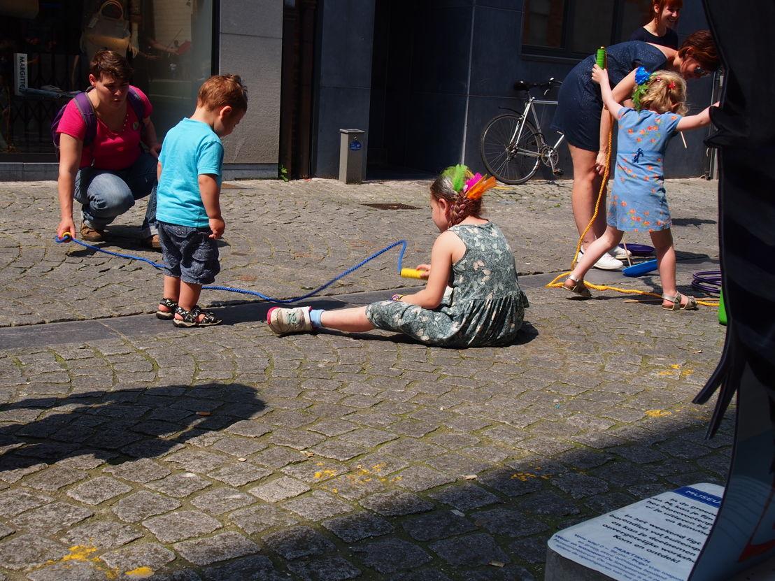 Hinkelen en touwtje springen in de Savoyestraat  | Start zomerprogramma in de Museumspelstraat (c) Andy Merregaert