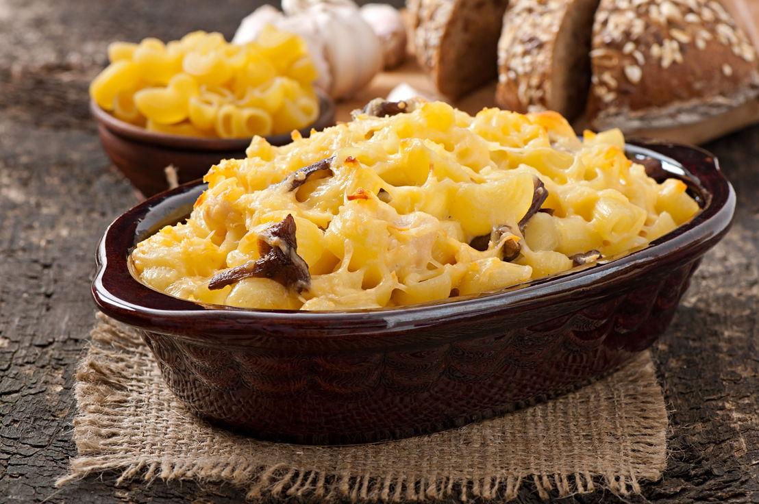 Maccheroni al forno con formaggio pollo e funghi