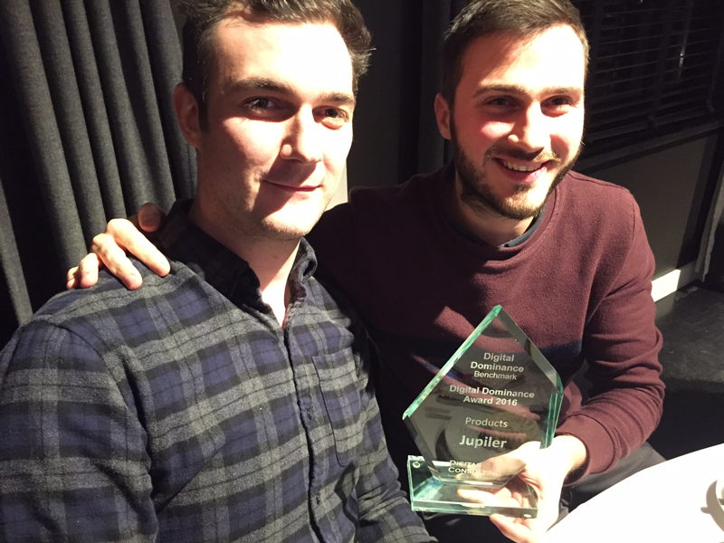 Nicolas Robeet (Digital Content Planning Manager) and Josse Peremans (Brand Manager Jupiler) with the award