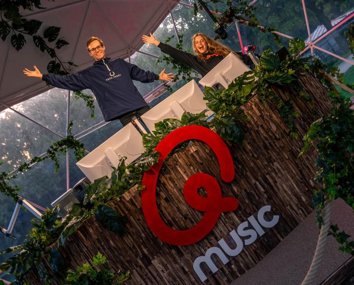 Qmusic viert de zomer en opent de Q-Hotspot in het groen
