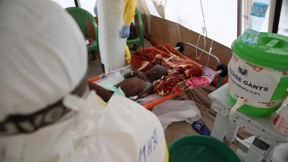 Patient dans la zone à haut risque du centre de traitement ebola de Mangina © MSF