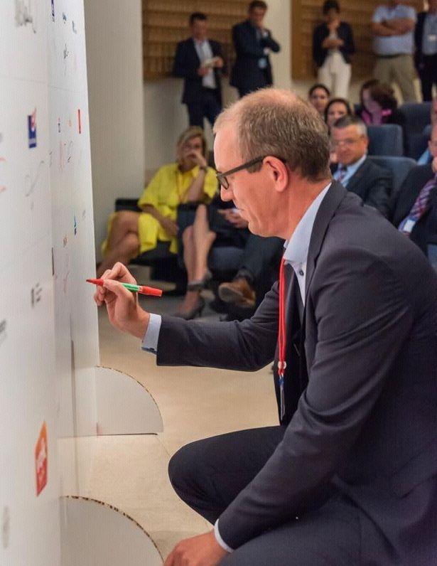 Hand De Munck, CFO ING Belgique, signe la charte pour la diversité des genres au sein du secteur financier.