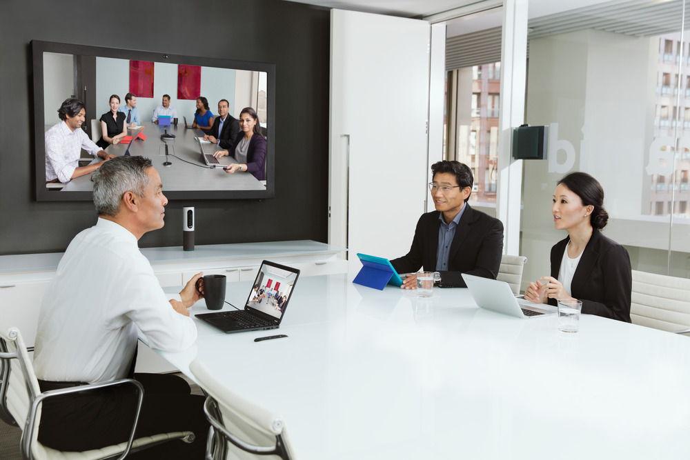 Videollamada de un grupo pequeño con ConferenceCam Connect de Logitech con un grupo numeroso utilizando la cámara Group.