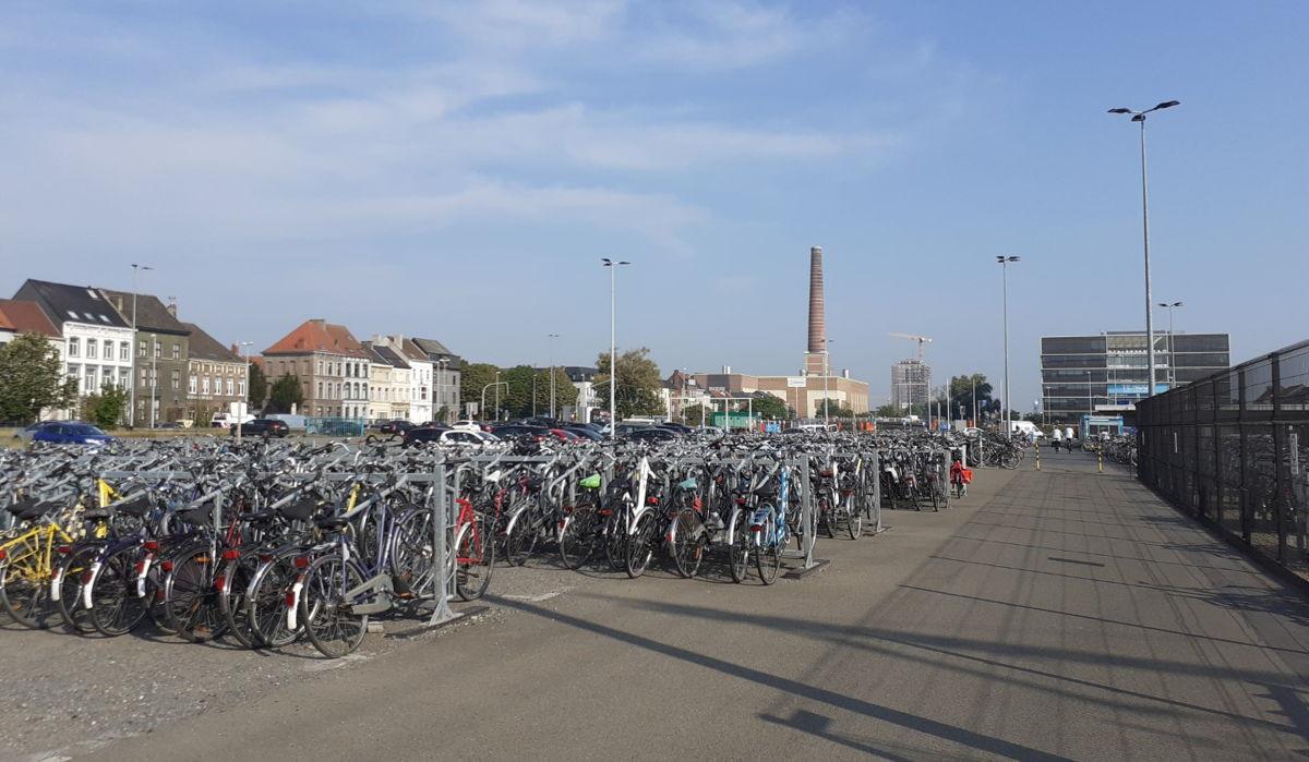 De huidige fietsenstalling aan het station Gent-Dampoort. De nieuwe wordt volledig overdekt en krijgt dubbel zoveel parkeerplaatsen © NMBS