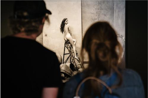 """Ontdek de Internationale Fotobiënnale Oostende via nieuwe podcast """"Kijken mag"""" met Rik Verheye"""