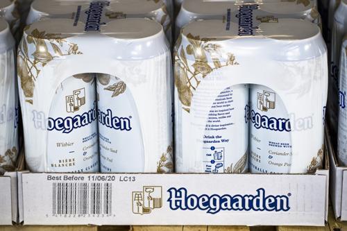 Premier Wilmès vult allereerste bierblikken in uitgebreide Hoegaarden brouwerij