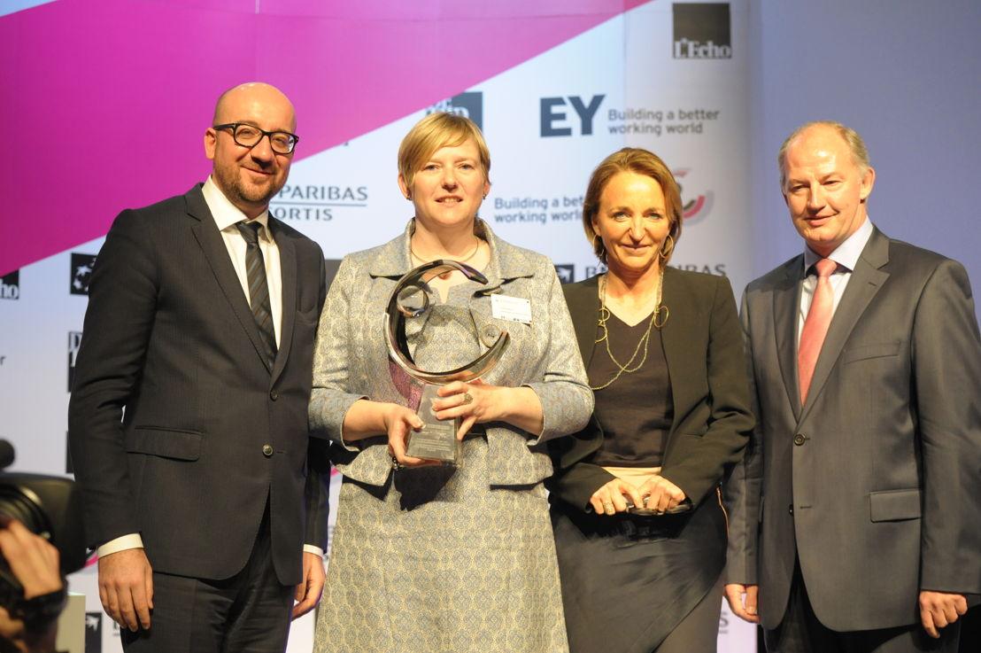 Tania Dekens de FAMIFED reçoit le prix 'Organisation publique Fédérale de l'Année 2015' de Charles Michel, Michèle Sioen et Rudi Braes, Managing Partner EY Belgium