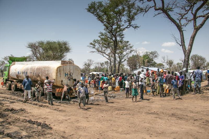 남수단 난민들이 몰린 우간다 팔로린야 난민 정착지 모습. 물 부족 현상이 극심하다. 우기로 도로가 진흙탕이 되면서 이동이 제한돼 물 공급이 제대로 이뤄지지 못하고 있다. [Fabio Basone/MSF]