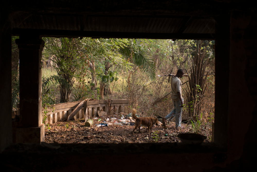 Florent Bakozo survives on rat hunting in Ministre Maurice Meto's villa, abandonned upon Seleka's arrival. Photographer: Colin Delfosse/Ouf of Focus