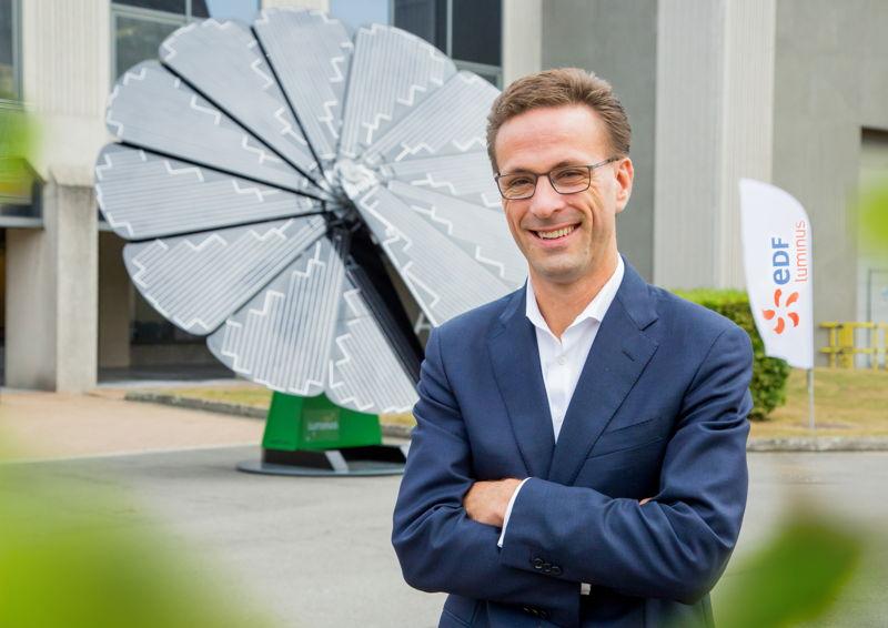 Grégoire Dallemagne, CEO d'EDF Luminus, devant la smartflower.