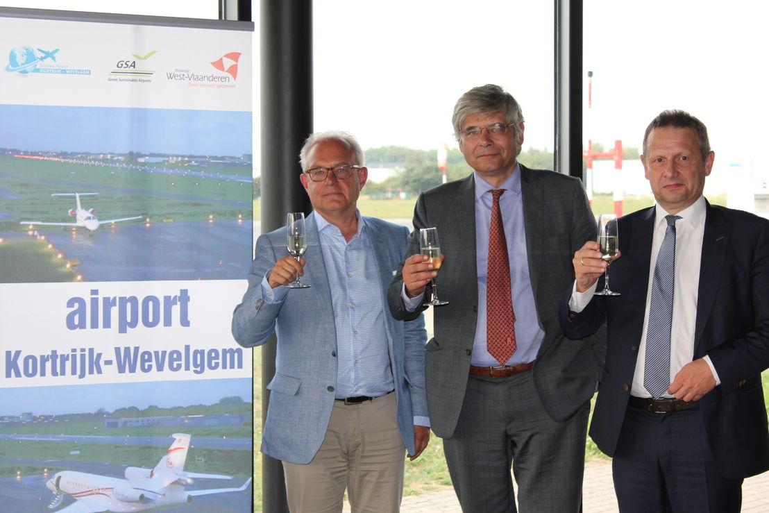 Filip Daem en Jean de Bethune van de Internationale Luchthaven Kortrijk-Wevelgem samen met Belgocontrol-CEO Johan Decuyper