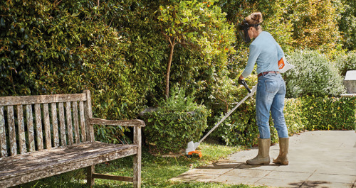 Grâce au nouveau coupe-bordure STIHL FSA 57 et au souffleur sur batterie STIHL BGA 57, votre jardin est propre et net en un tournemain.