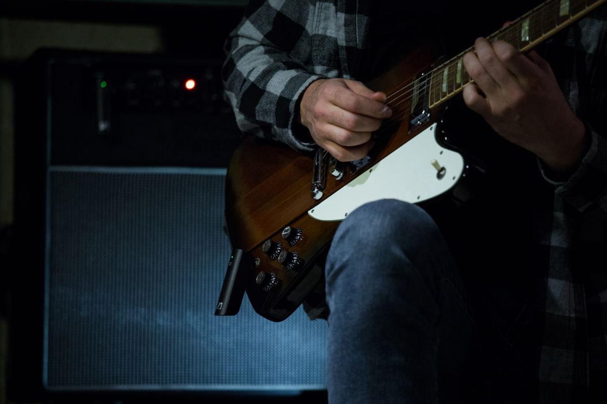 Keine Lust auf Kabelsalat auf der Bühne? Sennheiser XSW-D Instrument Base Set in Gitarre und Amp einstecken und ohne Kabel den Gig rocken