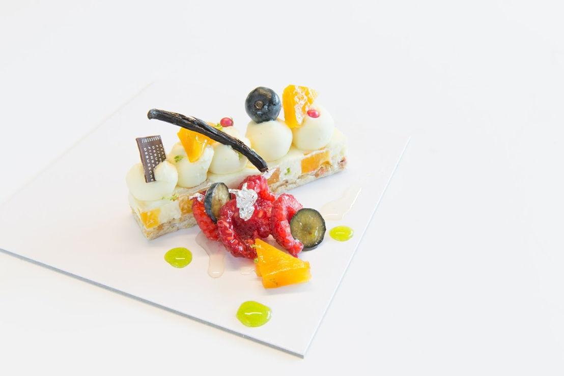 Luchtige anglaise crème geparfumeerd met thaiti vanille stokjes met  en merengue eventjes gekarameliseerd en wat vers fruit