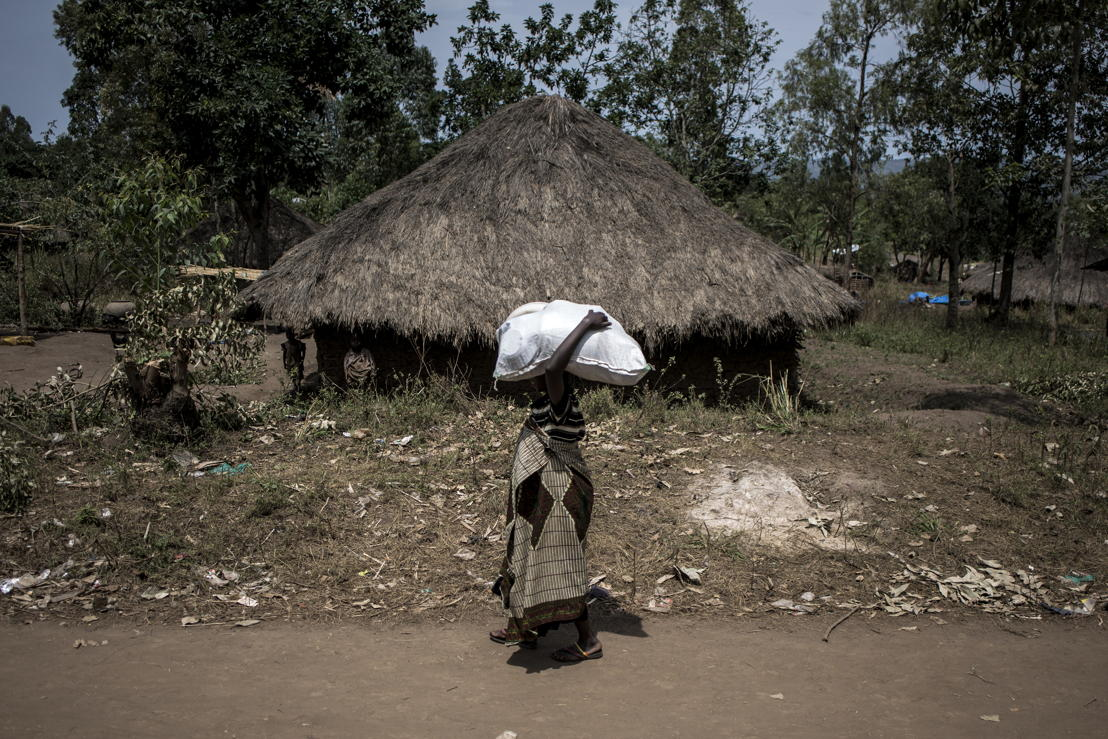 A Internally displaced Congolese woman carries a sack full of non-food items (NFIs) after a distribution on 2 March 2018 in Telega. ©John Wessels/MSF