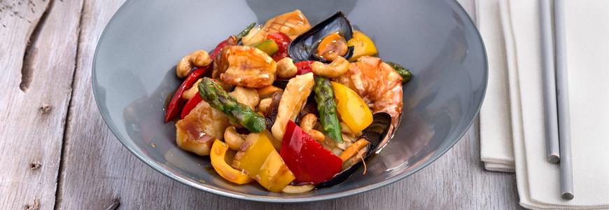 Gewokte groenten en noten met zeevis, schelp- en schaaldieren