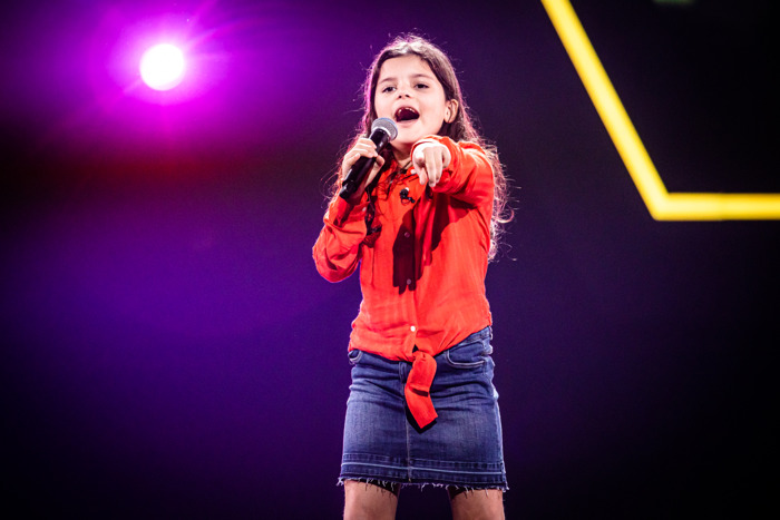 Jongste kandidate ooit in The Voice Kids verrast K3'tjes met auditie op Pina Colada