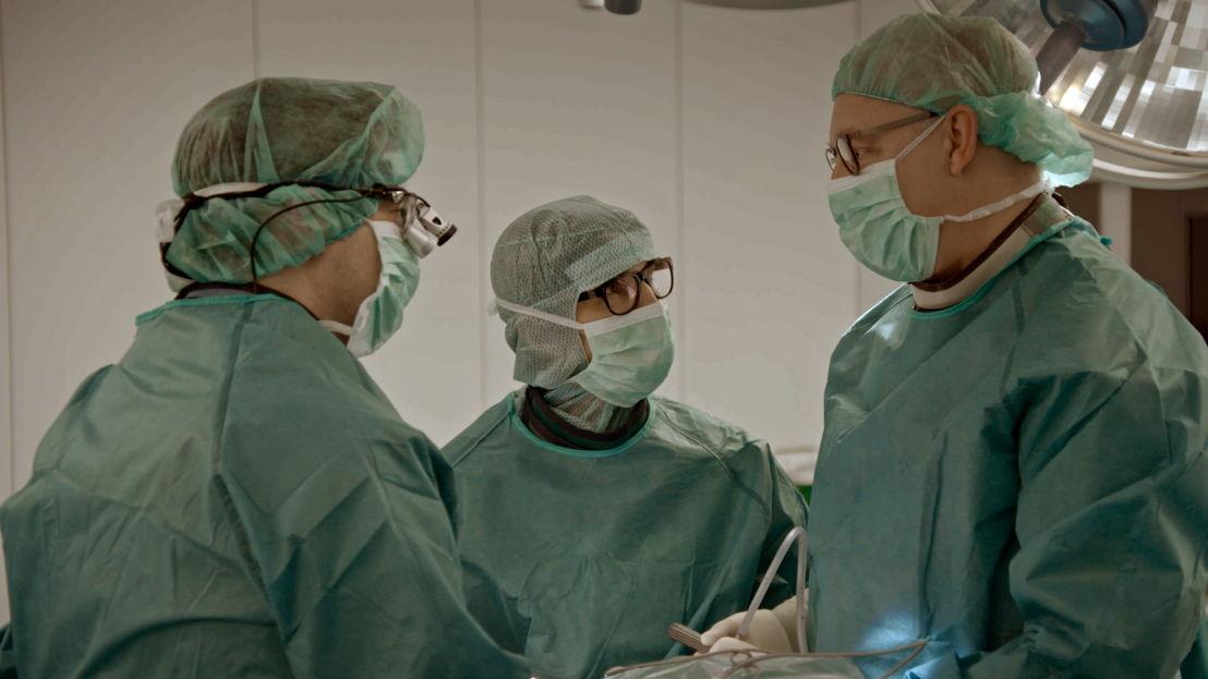 Prof. Visser-Vandewalle & collega-chirurgen